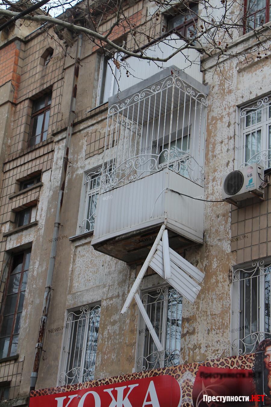 обрушение балкона на молодогвардейцев 32 вытекает высокий