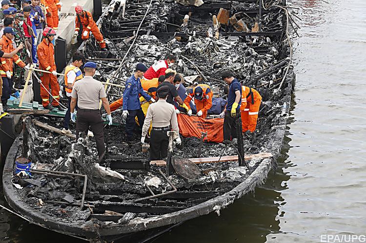 ВИндонезии при пожаре натуристическом катере погибли 23 человека