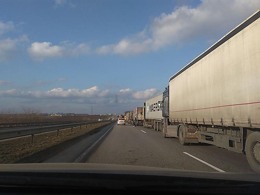Водители фургонов заблокировали дорогу Киев