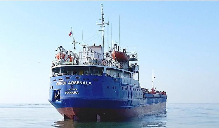 Cотрудники экстренных служб ищут 7 человек, пропавших вЧерном море при крушении сухогруза