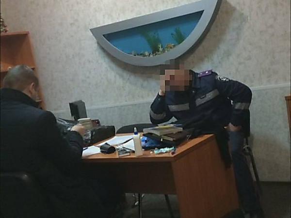 Начальники патрульного подразделения Каменского систематически вымогали взятки сподчиненных,— СБУ