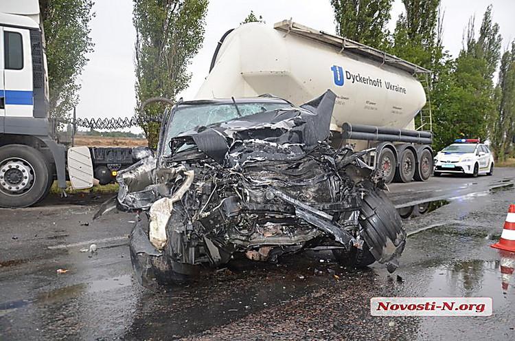 На трассе Николаев-Херсон иномарка въехала в припаркованный грузовик
