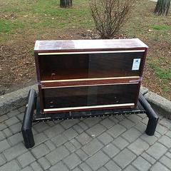 in nikolaev haben vandalen einen nachttisch f r bookcrossing gebrochen und haben ihm b cher. Black Bedroom Furniture Sets. Home Design Ideas