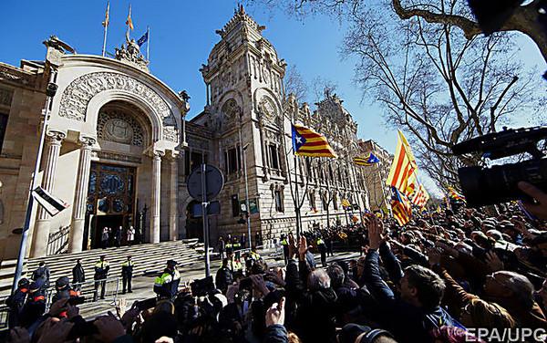 Экс-глава Каталонии отправился всуд столпой приверженцев