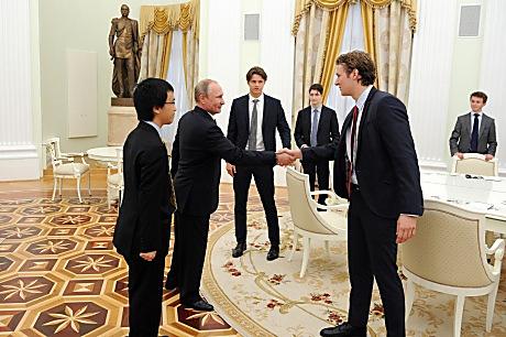 Кремль попросил агентства удалить фото В. Путина с английскими студентами