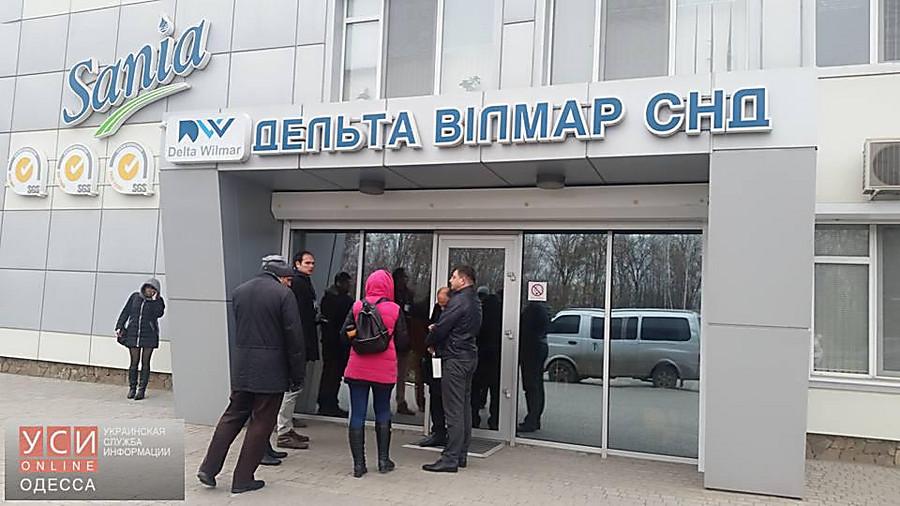 Под Одессой предприятие впорту заняли вооруженные люди вмасках