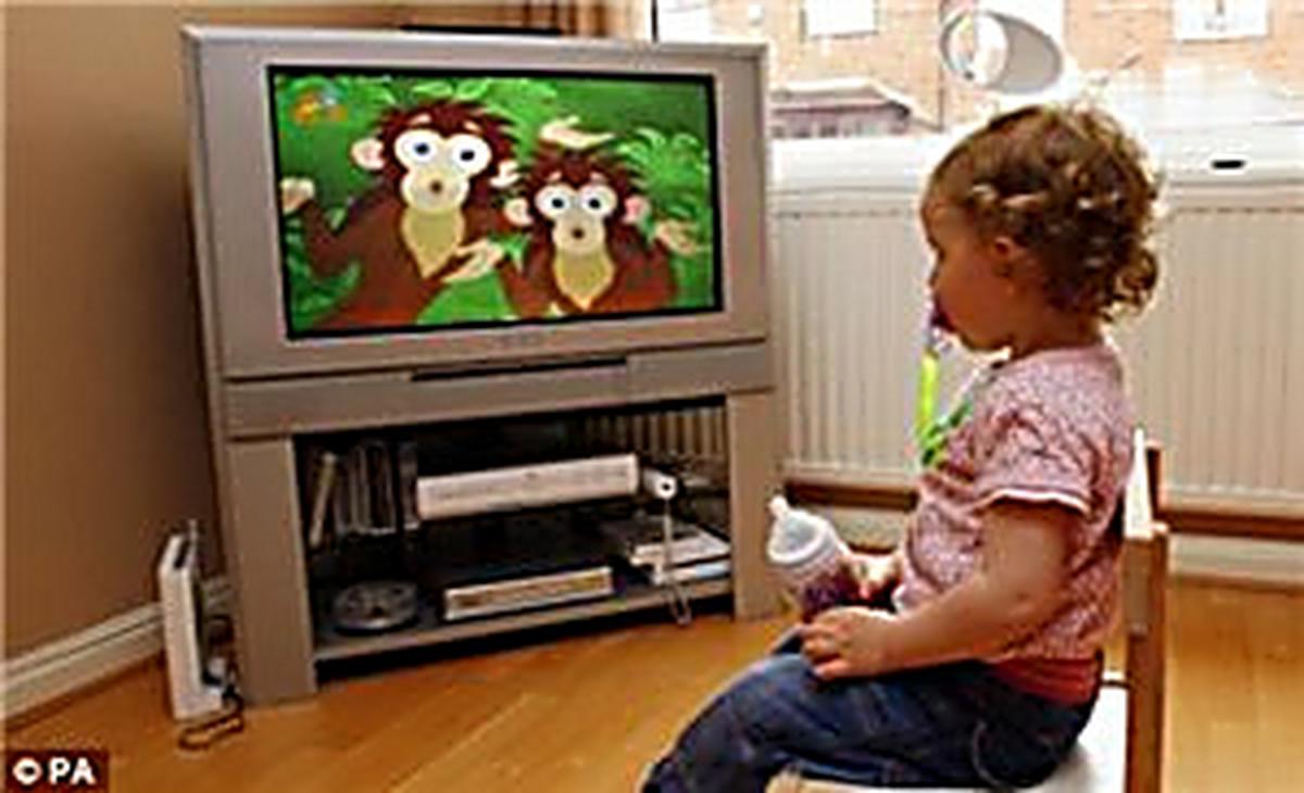 фото ребенок смотрит тв