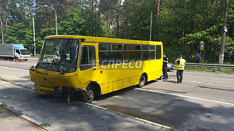 ВКиеве элитная иностранная машина протаранила маршрутку спассажирами: неменее десяти пострадавших