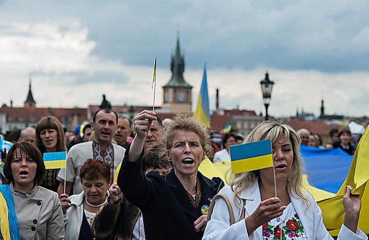 Опрос: практически половина украинцев желает отставки Порошенко