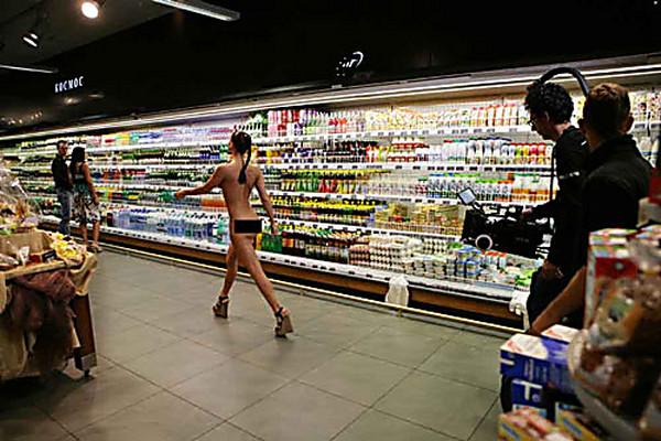 golaya-devushka-klip-v-supermarkete