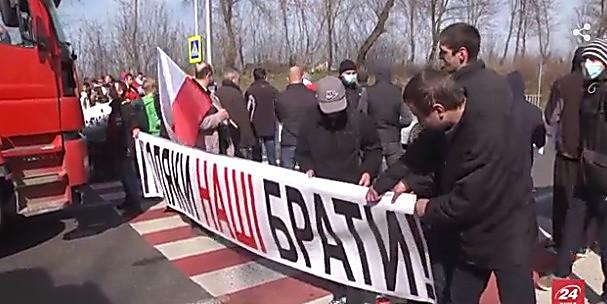 Сестра погибшего десантника вернула Петру Порошенко орден брата