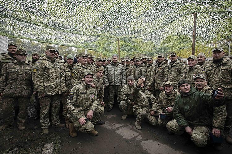 Порошенко: Соктября украинская армия становится контрактной идобровольческой