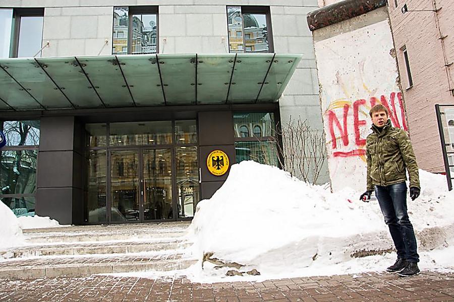 На украинского депутата Гончаренко завели дело за надпись у посольства Германии