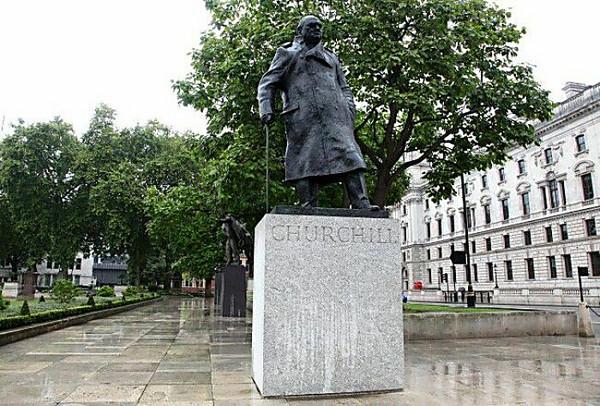 ВПраге облили красной краской монумент  Черчиллю
