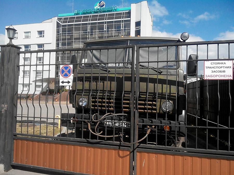 ВЧеркассах облэнерго заблокировали грузовиками ишинами, людей невыпускают изздания