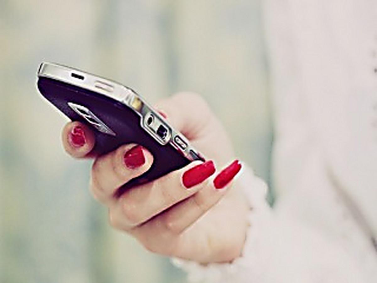 Фото телефона в женской руке