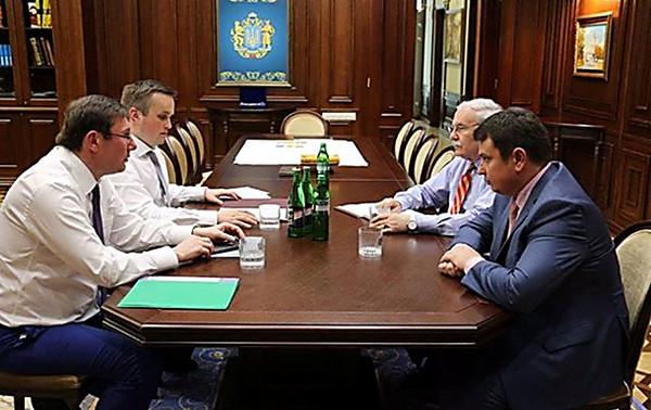 Прокурора ГПУ задержали при получении взятки $200 тысяч— Луценко