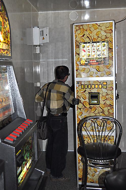 Куда звонить игровые автоматы работают игровые автоматы клубничка поиграть