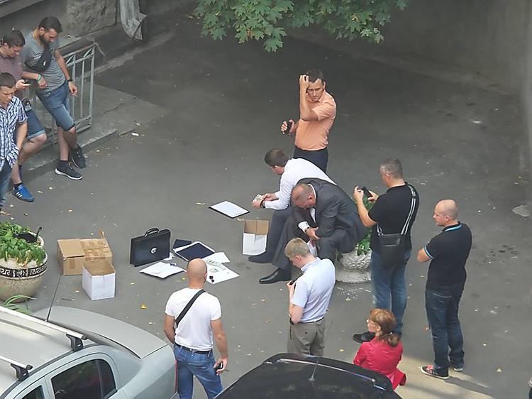 Около Администрации президента Украины задержали мужчину скрупной суммой наличными