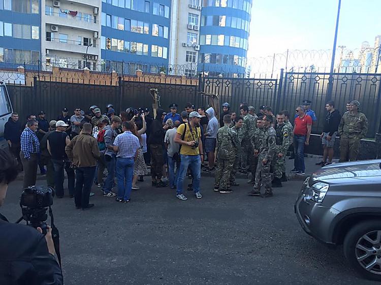 Одесские активисты разбросали навоз увхода вконсульство РФ