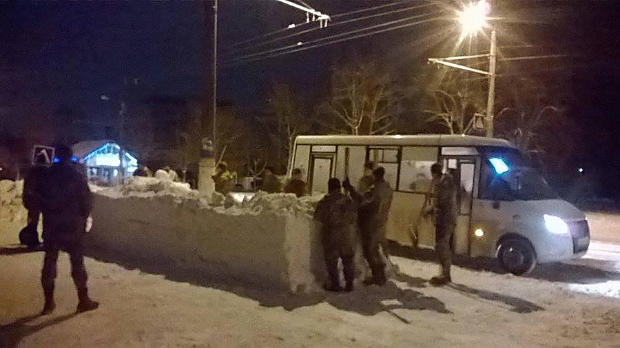 Будущих десантников заставили строить автобусную остановку изснега