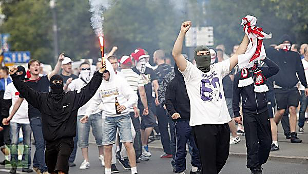 ВГолландии трое полицейских противостояли толпе фанатов