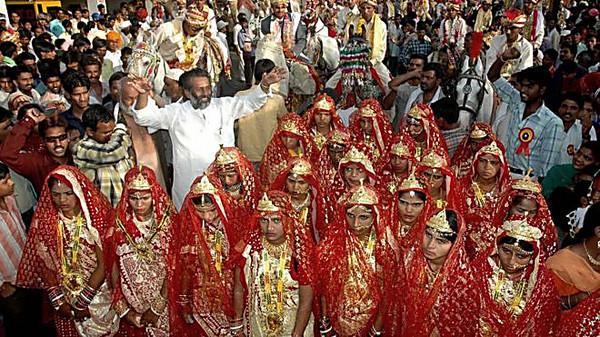 ВИндии насвадьбе невестам вручили биты для защиты отмужей