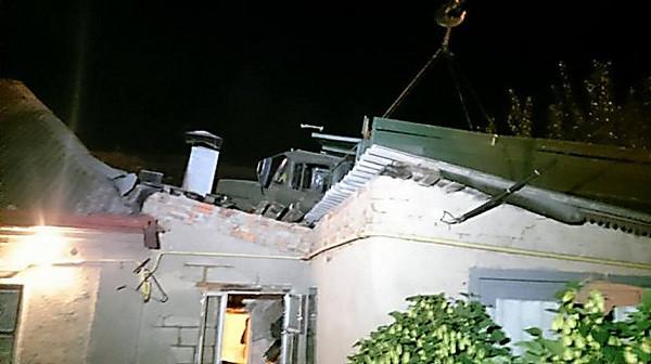 ВХарькове фургон без тормозов «заехал» накрышу жилого дома
