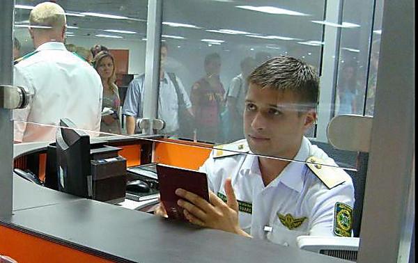 Таможенники непропустили в Украинское государство 8 иностранцев, направлявшихся вОдессу