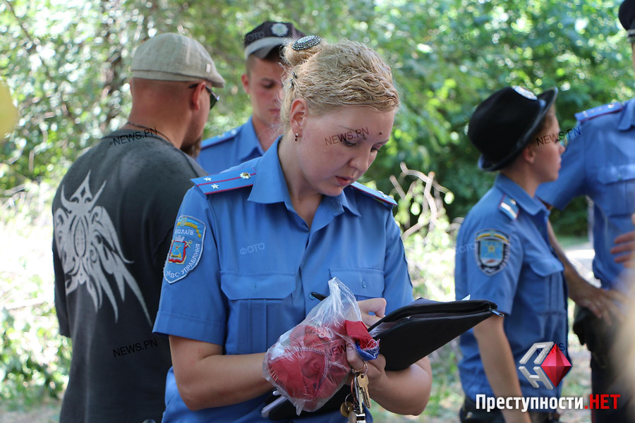 три женщины насилуют пацана: