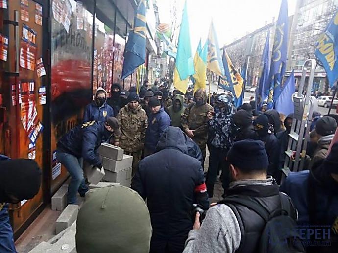 ВТернополе активисты замуровали русский сберегательный банк