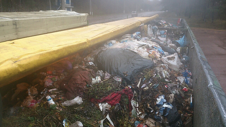 НаСумщине полицейские обнаружили два фургона сльвским мусором