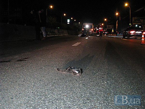 Кровавое ДТП вКиеве: наоживленном проспекте мужчину переехали сразу несколько авто