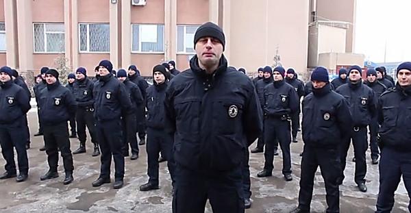 Сотни полицейских присоединились кфлешмобу ради ветеранов АТО