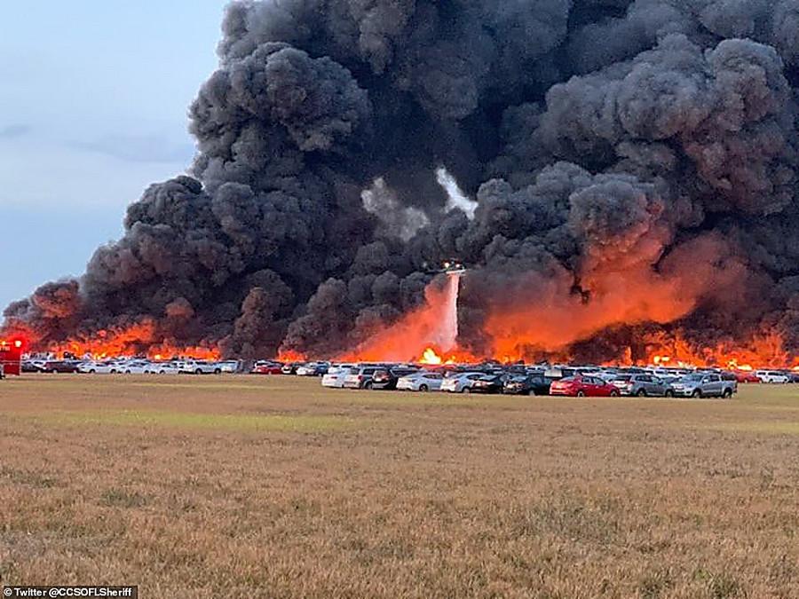ВСША пожар уничтожил огромную парковку смашинами каршеринга