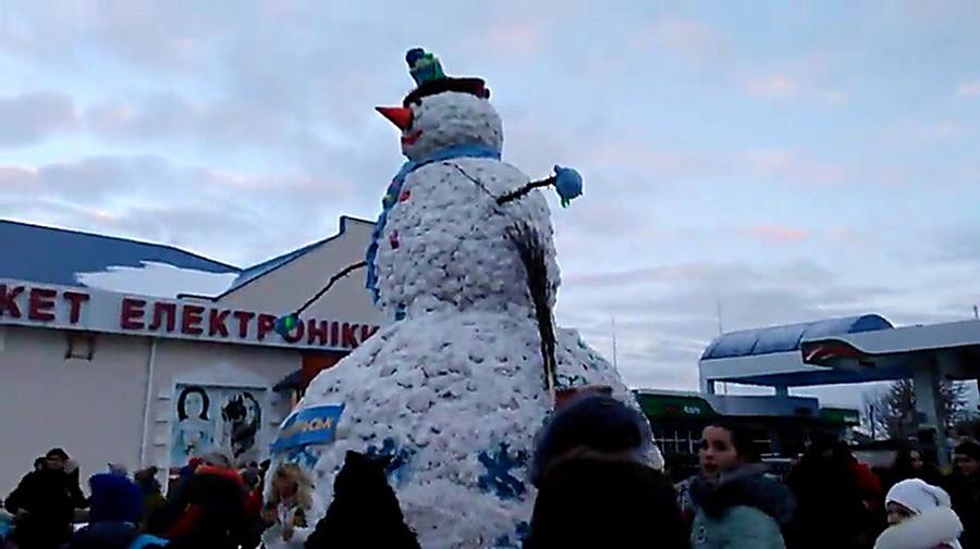 был тем самый большой снеговик из мороженого фото зрительном зале