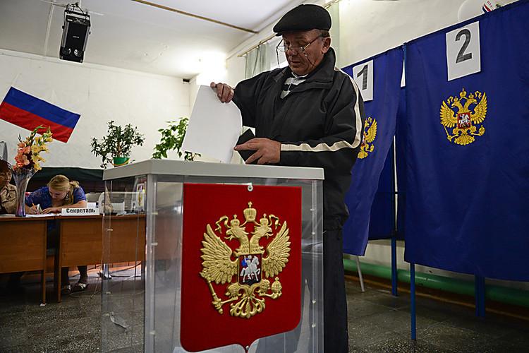 Вворонежском селе первому избирателю подарили бутылку водки