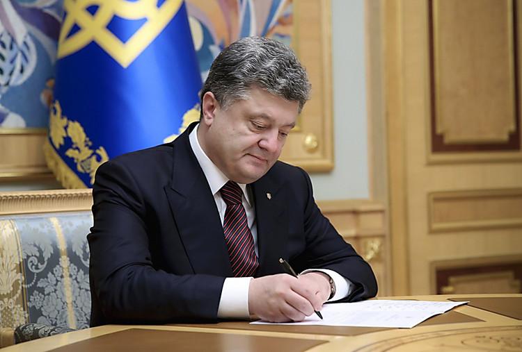 Порошенко подчеркнул наградами 17 героев АТО, 13 изних— посмертно