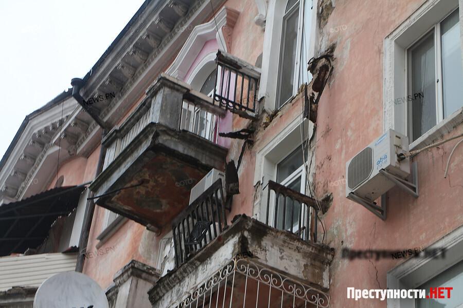 На главной улице николаева рухнул балкон четвертого этажа.