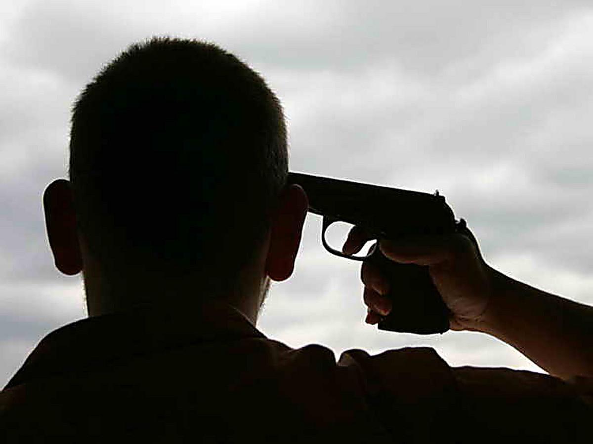 Для девушки, картинка с пистолетом у головы