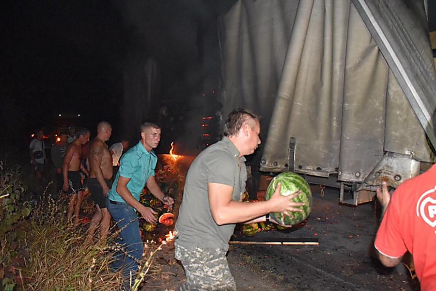 ВХерсонской области ночью горела фура, еетушили арбузами