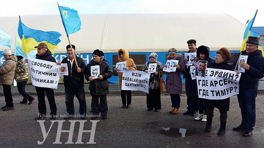 «Крым— территория бесправия»: активисты на«границе» сполуостровом напомнили ожертвах оккупации