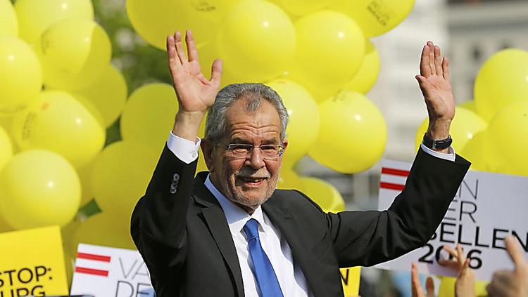 Экс-лидер партии «зеленых» выигрывает навыборах президента Австрии