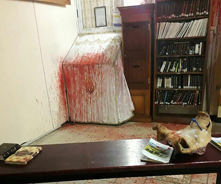 ВУмани антисемиты принесли всинагогу свиную голову сосвастикой