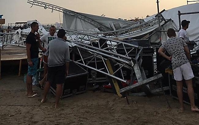 ВЗатоке шторм обрушил сцену фестиваля налюдей, амолния убила мужчину