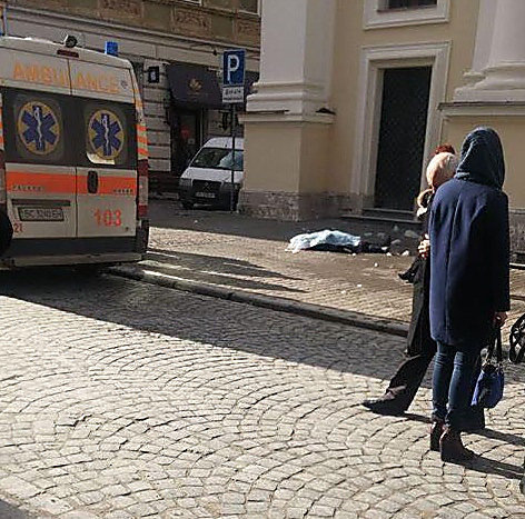 Жительница Львова стала жертвой ледяной глыбы, обрушившейся скрыши церкви
