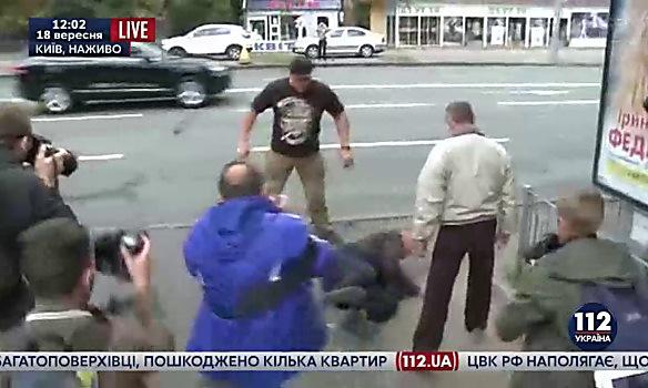 Размещено видео обстрела русского посольства вКиеве фейерверками